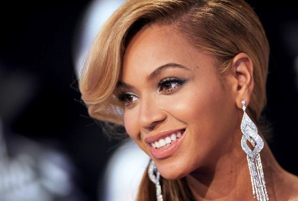 Fashionista and singer Beyonce glamorous style outfits makeup.