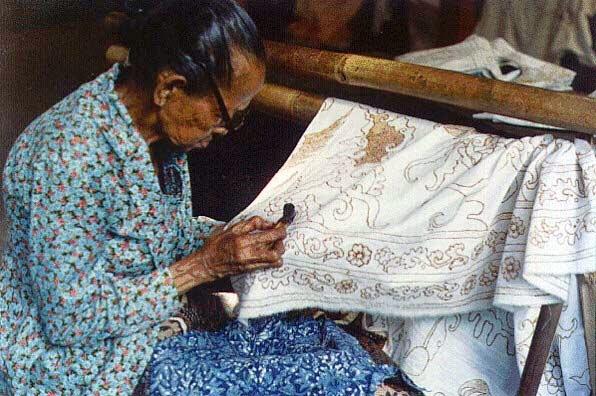Perhatikan Cara Duduk Anda Ketika Membuat Batik Tulis