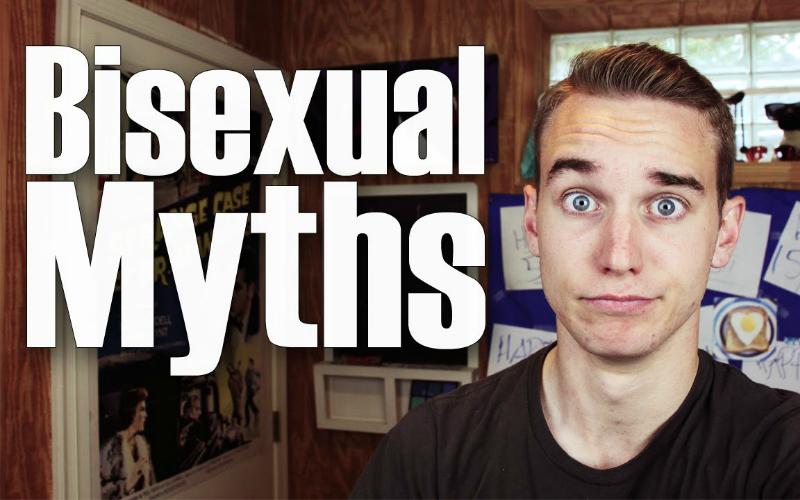 """Na imagem: Um garoto branco loiro de olhos azuis olhando para a câmera com as sobrancelhas arqueadas em uma expressão de """"me meti em uma furada"""", ao seu lado em letras grandes escrito """"Mitos bissexuais"""""""
