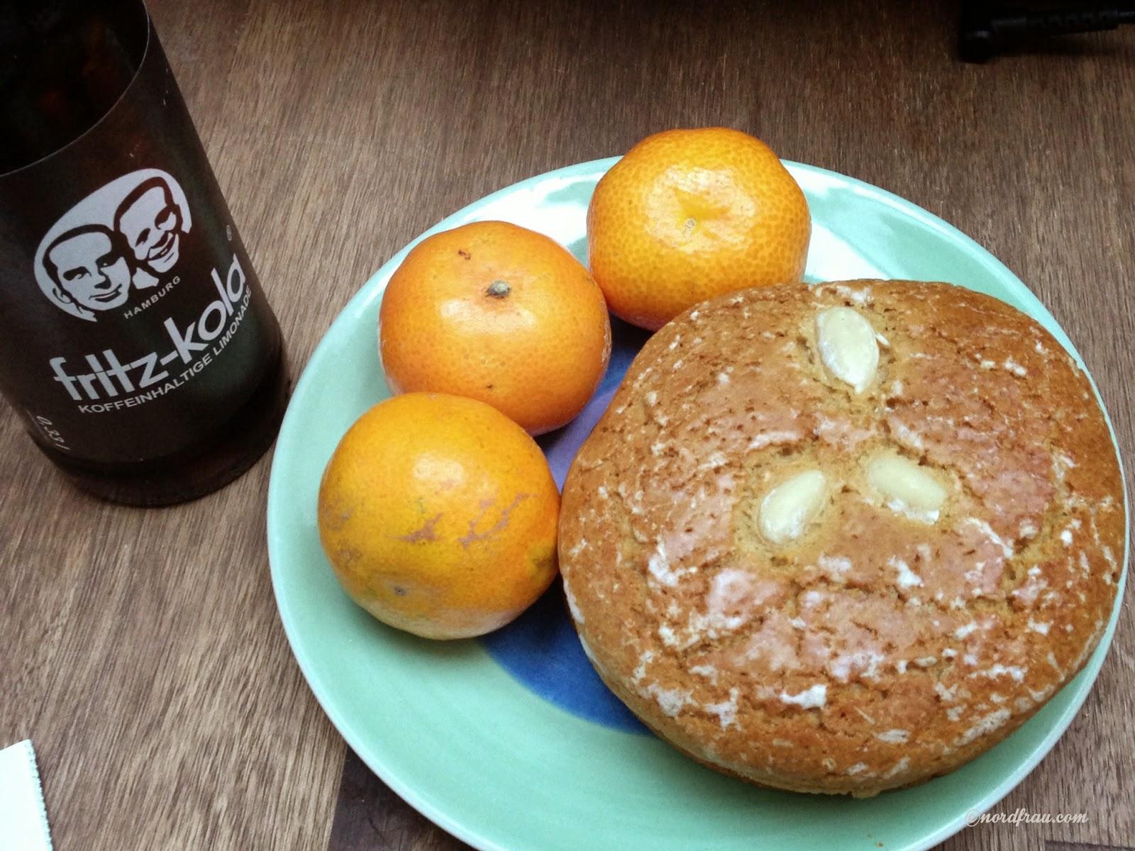 Teller mit Lebkuchen und Mandarinen, Flasche Fritz-kola