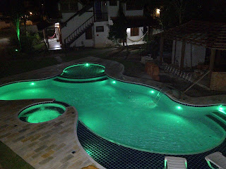 piscina led verde iluminacao noite azulejo