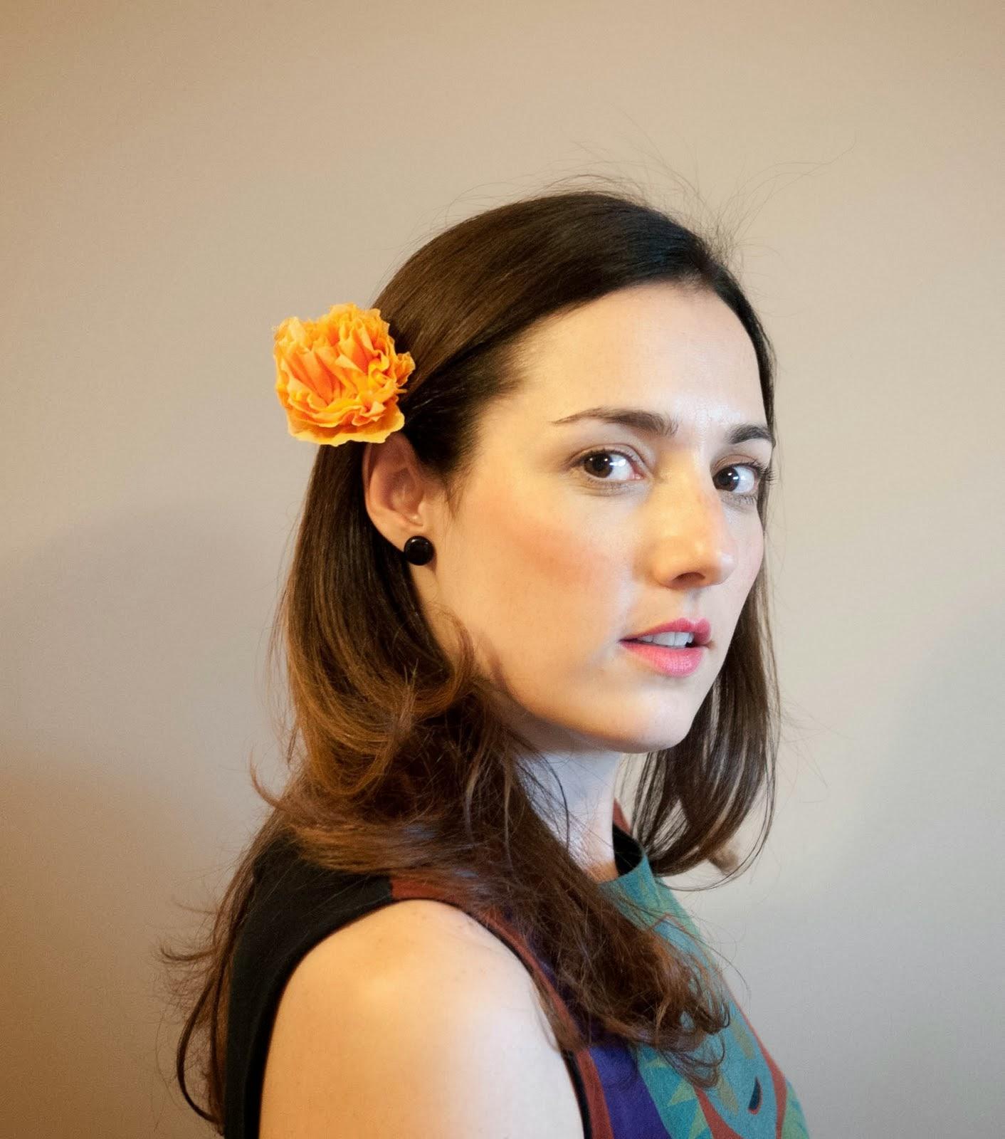 Con flor de papel en el pelo
