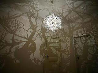 Πολυέλαιος μετατρέπει το δωμάτιο σε… δάσος!