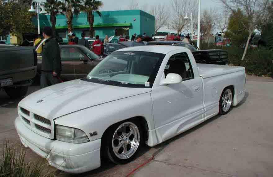 Mobil ceper warna putih yang sangat elegan