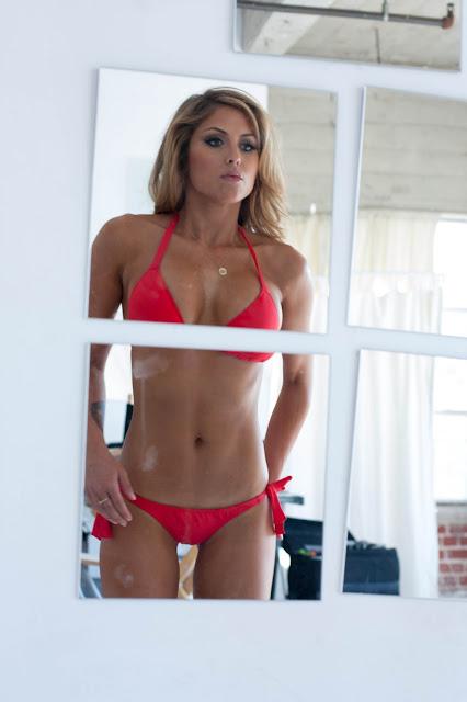 Спортивная девушка в красном купальнике