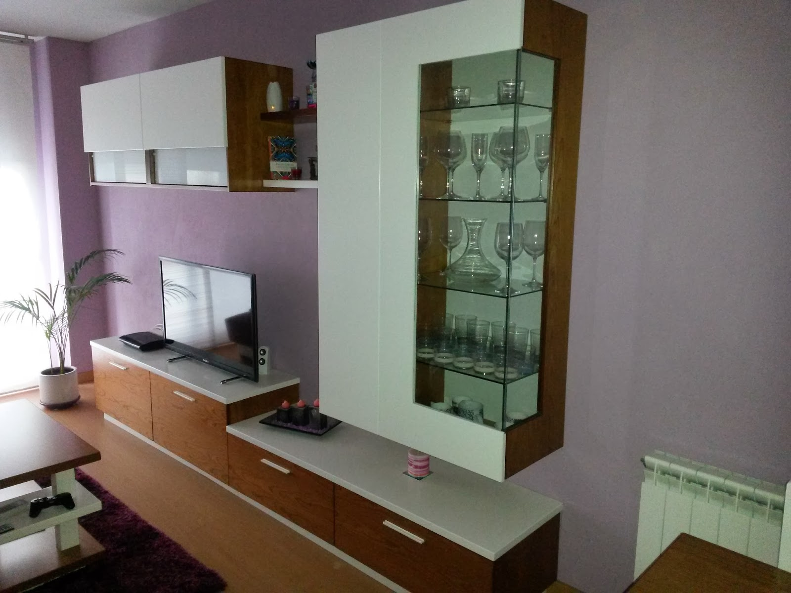 MUEBLES A MEDIDA: Mueble de salon lacado blanco combinado con cerezo