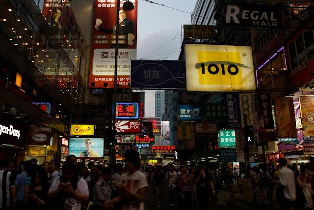 Calle céntrica de Kowloon, Hong Kong.
