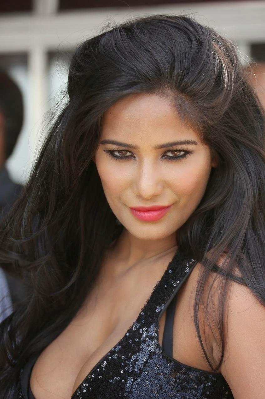 Poonam Pandey : Poonam Pandey Shocking Hot Big Cleavage Exposed through Black Skirt
