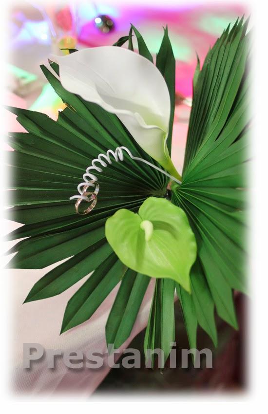 des feuilles de palmes exotiques quelques fleurs artificielles ou ...