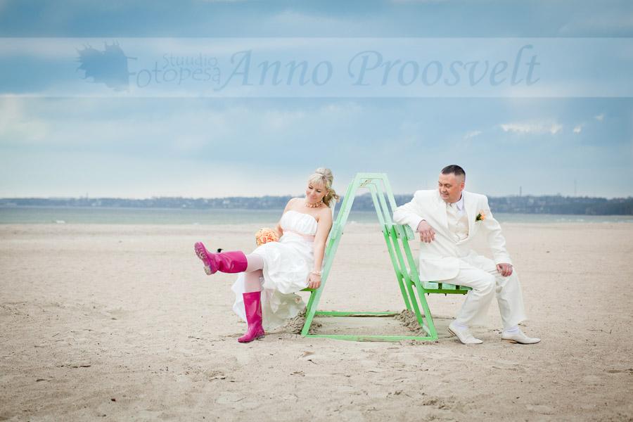 pruutpaar-pirita-rannas-roosad-kummikud
