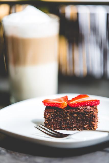 Brownies mit gemahlenen Nüssen und Latte Macchiato