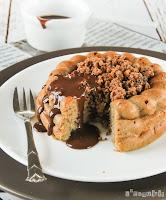 Cake de plátano y crumble con chocolate caliente