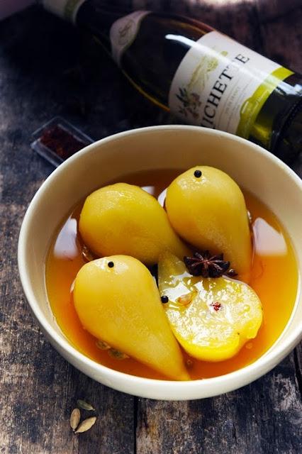Poires au vin blanc et aux épices parce que le vin peut aussi passer en cuisine…