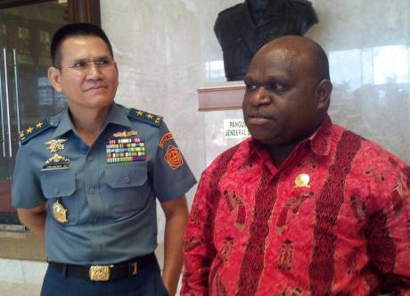 Laksda TNI Iskandar Sitompul berama Natalius Pigai Sebelah Kanan