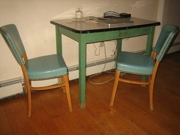 LOVE This Table! 1940s Porcelain Enamel Farmeru0027s Country Kitchen Table And  Vinyl Chairs   $75 (Canton) Http://boston.craigslist .org/sob/fuo/3699027020.html