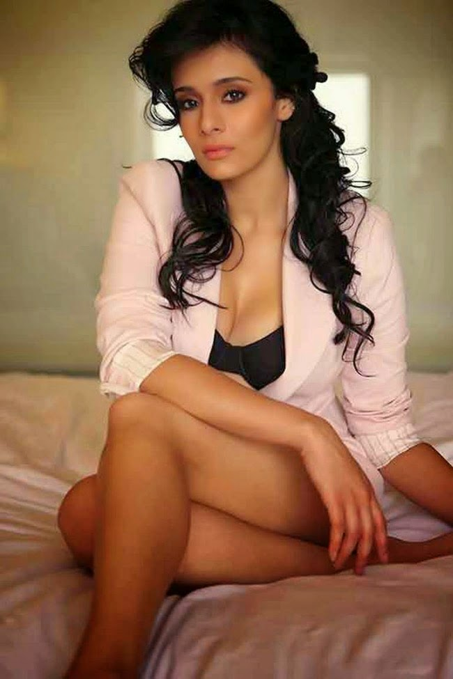 Mayanti langer thigh show hot photos