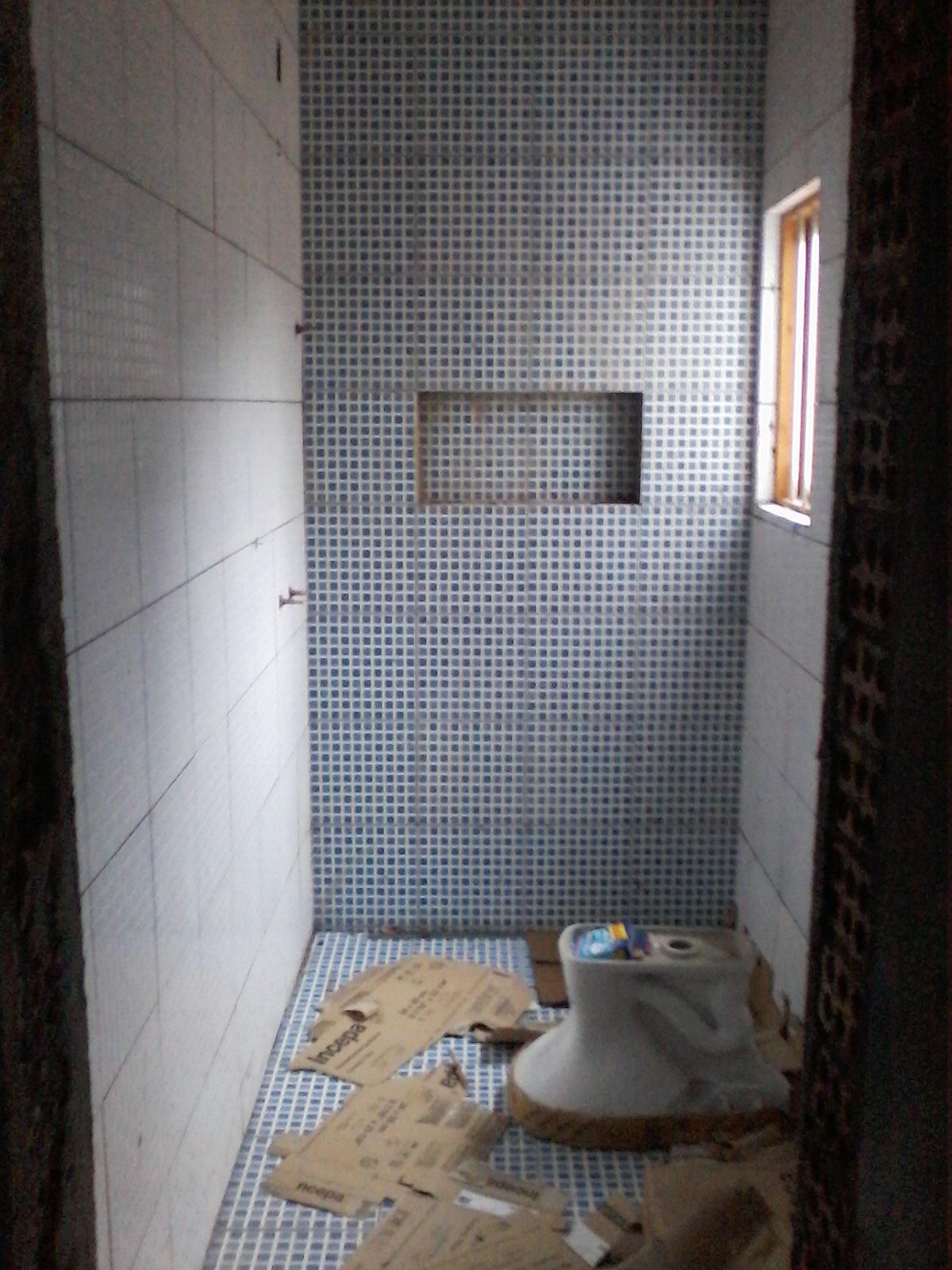 Este é o banheiro dos meus guris ainda falta todo o rejunte a  #7C654F 1200x1600 Banheiro Com Granito Itaunas