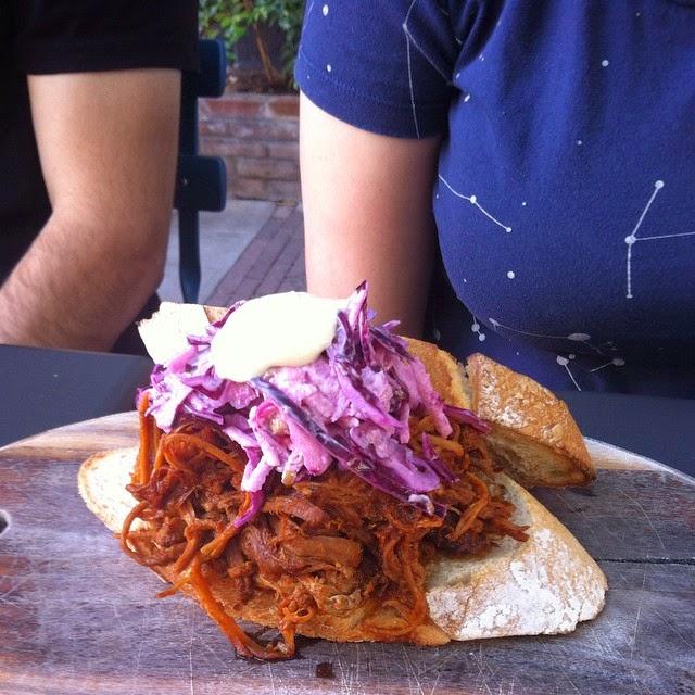חזיר מפורק בבישול איטי עם רוטב ברבקיו, כרוב כבוש ומיונז הולנדי