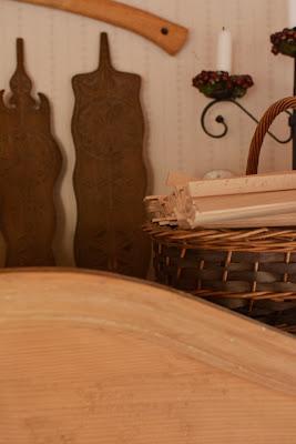 Muonamiehen mökki - Asetelma ranskalaisen kaapin päällä