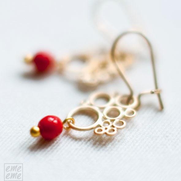 Pendientes filigrana dorada y cuenta de cristal rojo