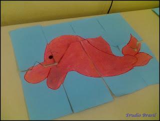 Atividade de quebra cabeça com figura de boto cor-de-rosa em cartolina