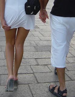 Homem usando sandália papete de borracha - Pés Masculinos