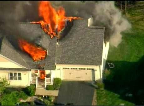 Casa explode após tiroteio nos Estados Unidos.