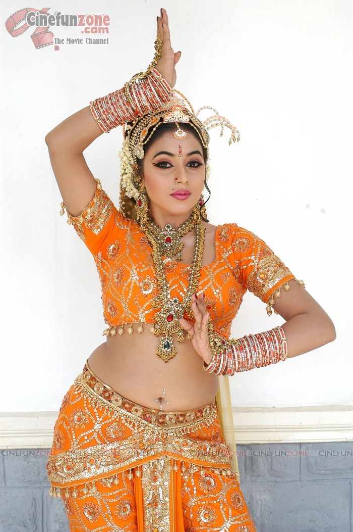 Shamna Kasim Hot South Traditional Dance Images