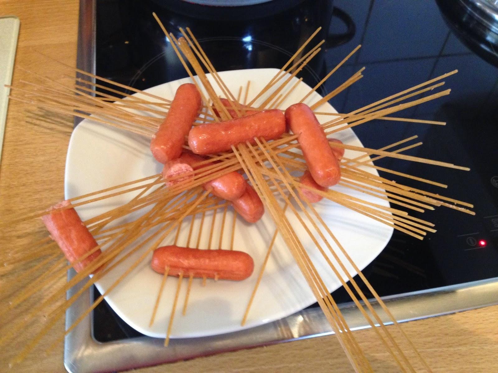 Her rijgen van de spagetti in de zwanworstjes