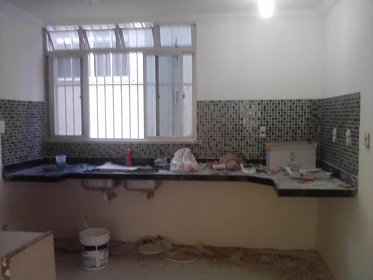 Morar em Fortaleza: Reforma da Cozinha pastilhas de vidro e móveis #5E4F41 1280 960