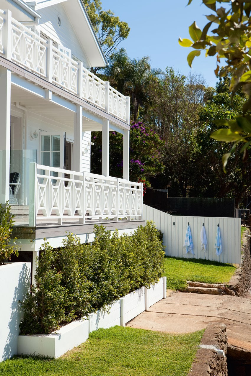 Coastal style hamptons charm in queensland for Beach house designs queensland