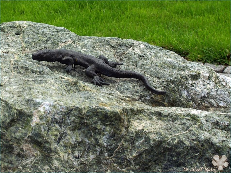 Jaszczurka jako rzeźba ogrodowa