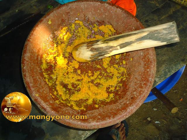 FOTO : Bawang merah, Jahe, Kunyit, Garam dah di haluskan pakai coet dan mutu ( penghalus manual )