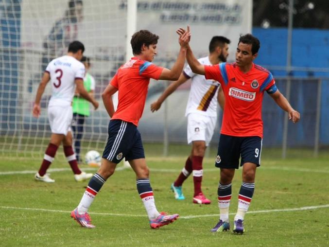Carlos Fierro celebra su anotación con Omar Bravo.