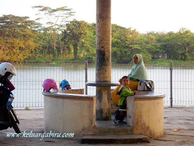 Keluarga Biru di Taman Wisata Bendung Lodoyo