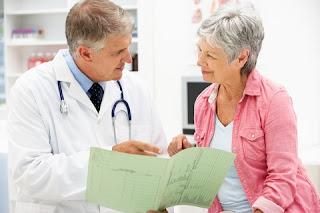 Ginecólogo y mujer menopaúsica
