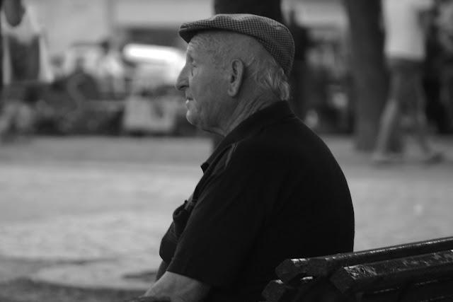 Retrato señor mayor observando la vida. Foto en blanco y negro
