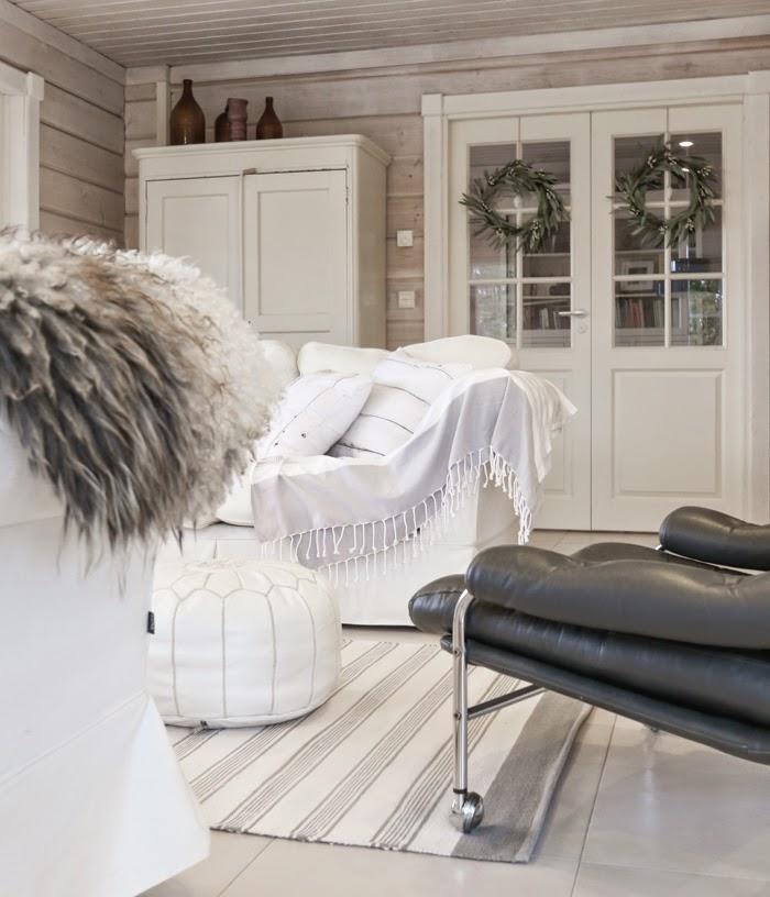 white pouf, scandinavian white livingroom, hirsitalo sisustus