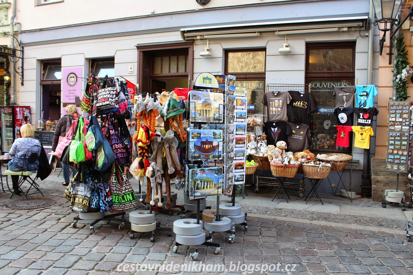 obchod se suvenýry // souvenir shop