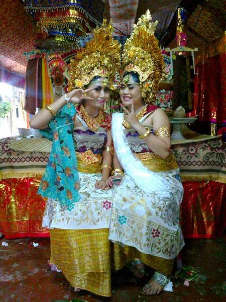 Balinese gilrs mesangih in Bali