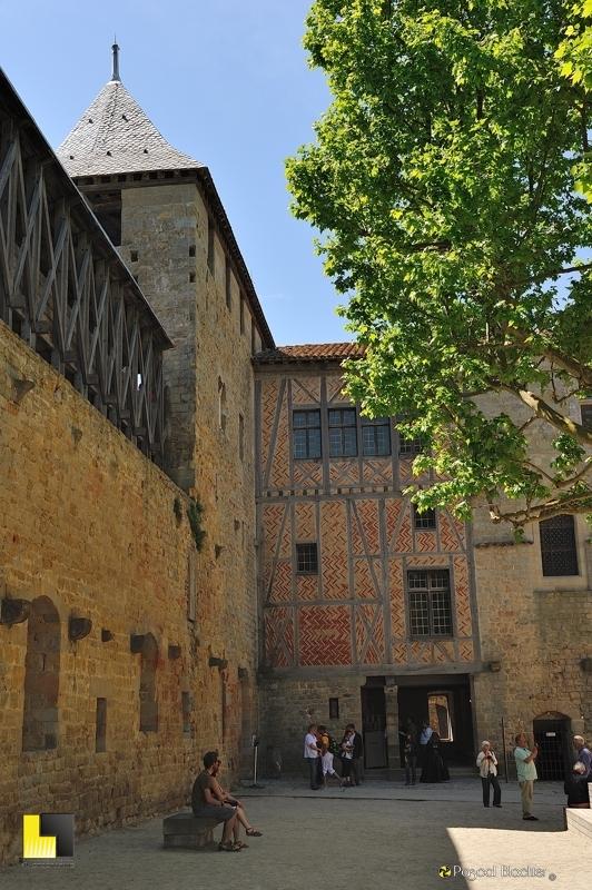 Dans la cour d'honneur du château comtal de Carcassonne photo pascal blachier