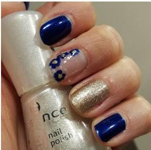 Nailart blu daisy