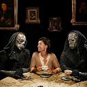 La diseñadora de vestuario Jany Tenime, merendando con dos mortífagos