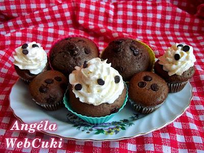 Csokoládéval töltött csokis muffinok, étcsokoládé cseppekkel valamint tojáslikőrös tejszínhabbal ízesített, díszített, egy fél óra alatt elkészíthető sütemény.