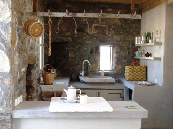 cocina de piedra  y microcemento