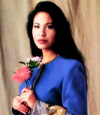 Selena en sesión de foto con flores en la mano