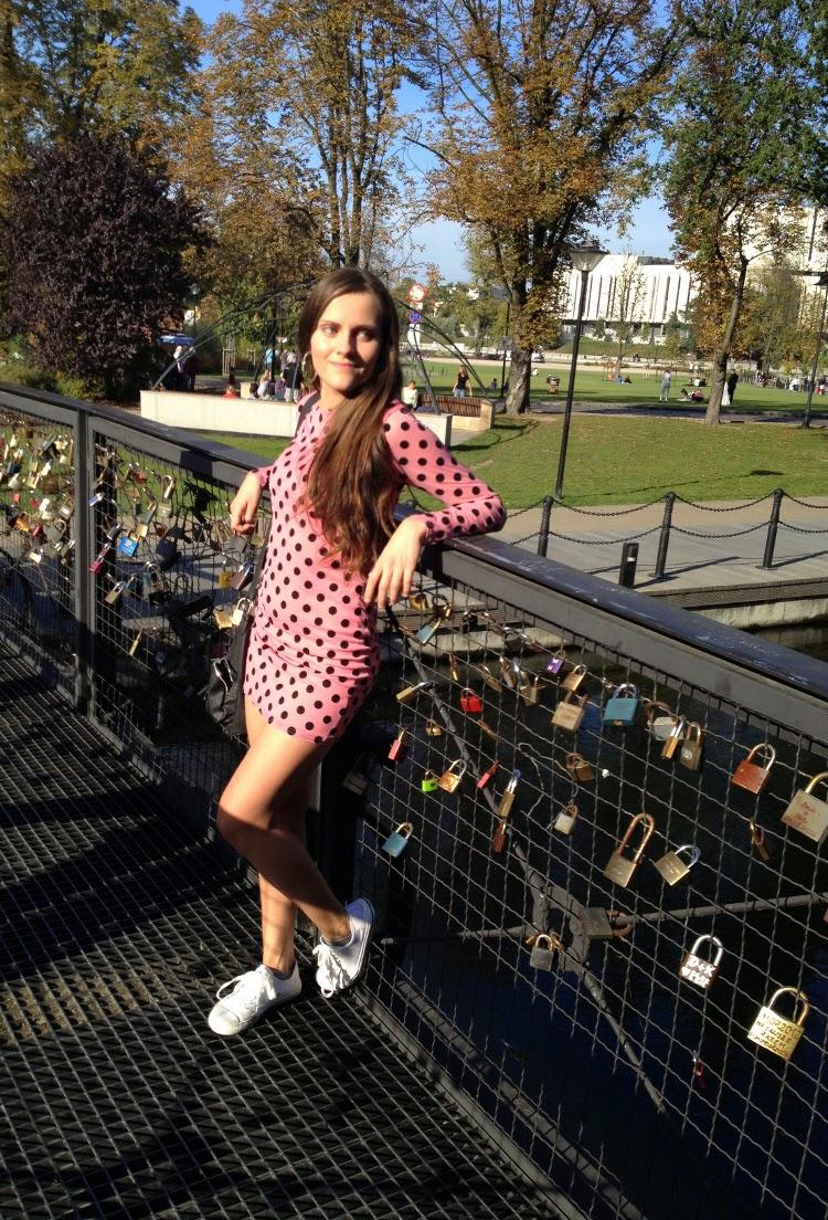 rozowa sukienka w kropki