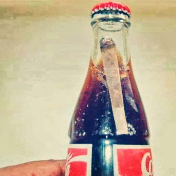 Homem encontra um baseado dentro de garrafa de Coca-Cola