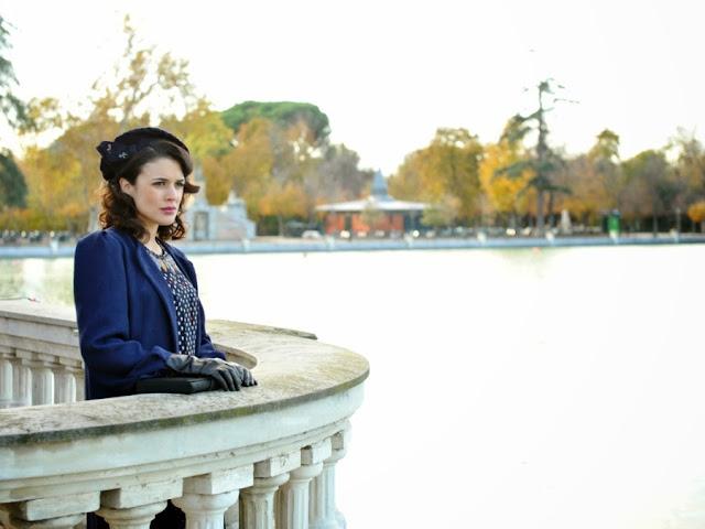 Sira Quiroga vestido azul con lunares. El tiempo entre costuras. Capítulo 8.