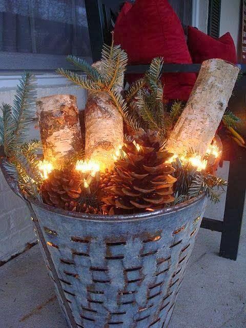enfeites de natal para jardim iluminados : enfeites de natal para jardim iluminados:Vasinhos de cerâmicas usados, galhos de pinheiro e retalhos de renda,